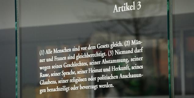 Grundgesetz, Artikel 3: auf Glas gebannt im Berliner Regierungsviertel (Foto:pa/Steinberg)