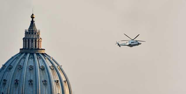 Ein Hubschrauber fliegt Benedikt XVI. am 28.02.2013 vom Vatikan am Petersdom vorbei über Rom zum Castel Gandolfo; Tausende winkten dem scheidenden Papst traurig hinterher. Um 20 Uhr endete die Amtszeits jenes Mannes, der aus freien Stücken zurücktrat und damit Kirchengeschichte schrieb. (Foto: pa/Von Jutrczenka)