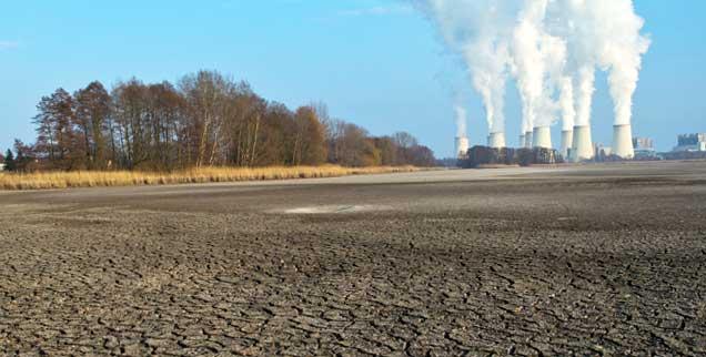 Braunkohlekraftwerk in Brandenburg: Der Klimawandel ist menschengemacht, darin sind sich die Autoren des Weltklimaberichts zu »95 Prozent« sicher. Der Report beschreibt die dramatischen Folgen der ungebremsten Erwärmung der Welt (Foto: pa/Pleul)