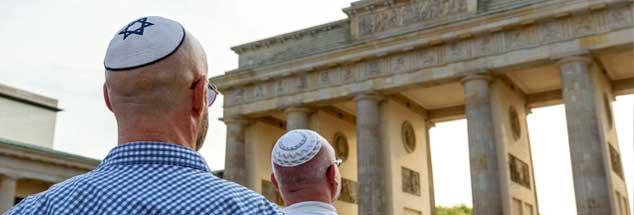 Juden am Brandenburger Tor: Kann die deutsche Gesellschaft dem Antisemitismus Einhalt gebieten? (Foto: imago/snapshot)