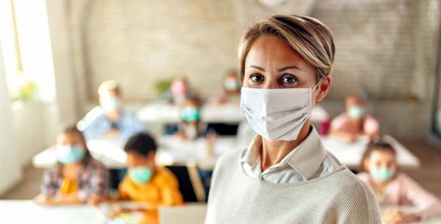 Reichen Masken und Abstand? Die Zahl der mit Covid-19 infizierten Schüler und Lehrer steigt, besonders an weiterführenden Schulen. Doch auch Grundschulen sind zunehmend betroffen. Lehrkräfte sorgen sich um den Schutz ihrer Gesundheit. (Foto: istockphoto/Drazen Zigic)