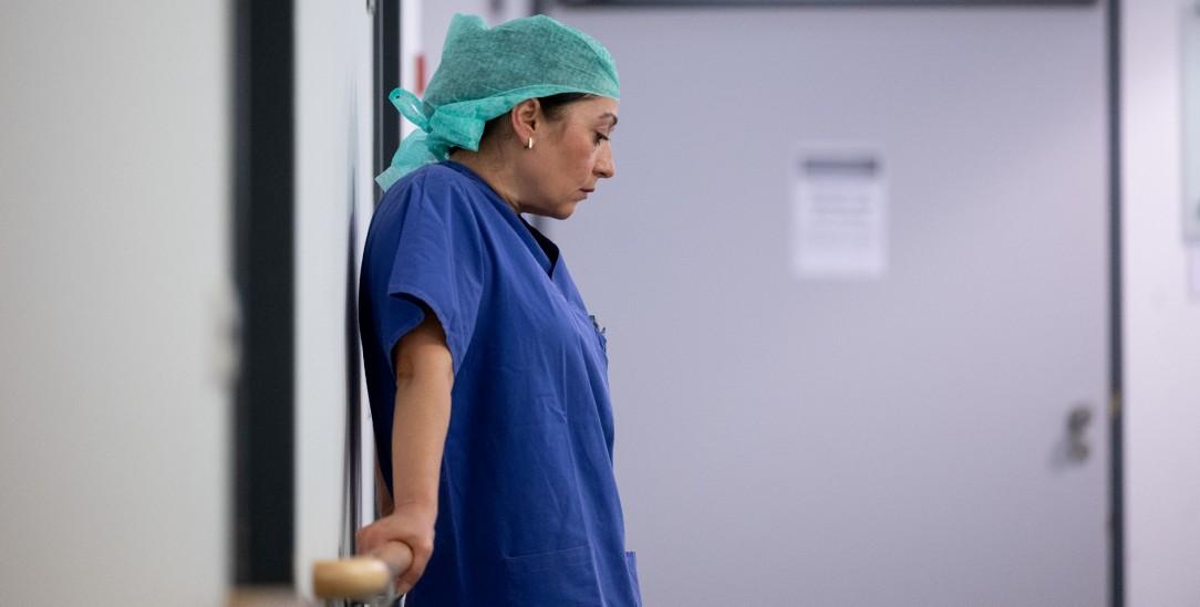 Erschöpft: Eine Krankenschwester im Eingangsbereich einer Intensivstation(Foto: pa/Murat)
