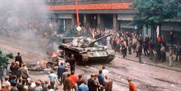 Am Morgen des 22. August 1968: Eine Menschenmenge umringt am ersten Tag der Besetzung in der Prager Innenstadt einen russischen Panzer. Der Einmarsch von Truppen des Warschauer Pakts in der Nacht zuvor bedeutete das Ende der Hoffnung auf einen »Sozialismus mit menschlichem Antlitz«. (Foto: pa)
