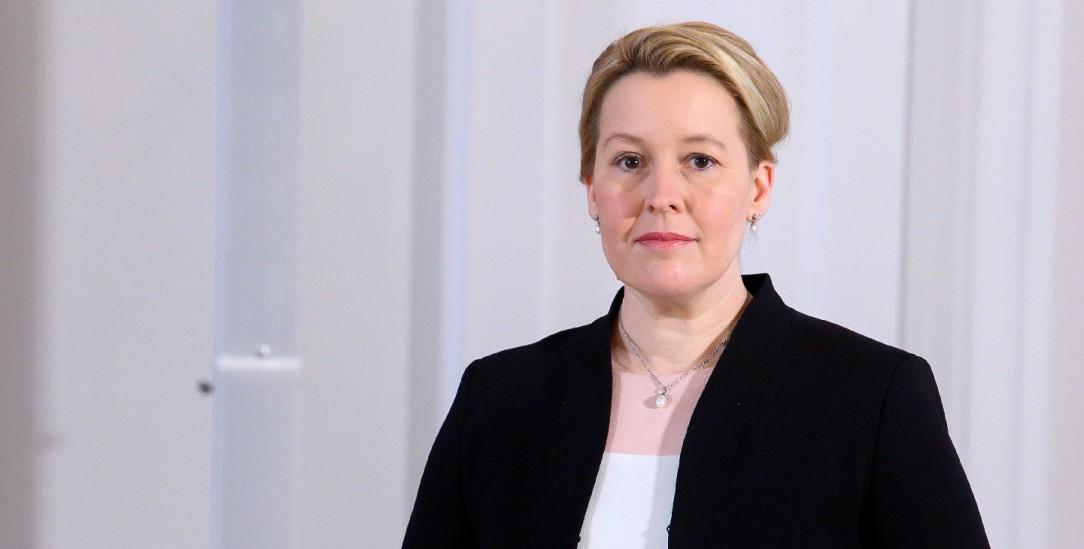 Franziska Giffey (SPD), bisherige Bundesfamilienministerin, steht neben der Entlassungsurkunde, die sie von Bundespräsident Steinmeier erhalten hat. (Foto:pa/Bernd von Jutrczenka)