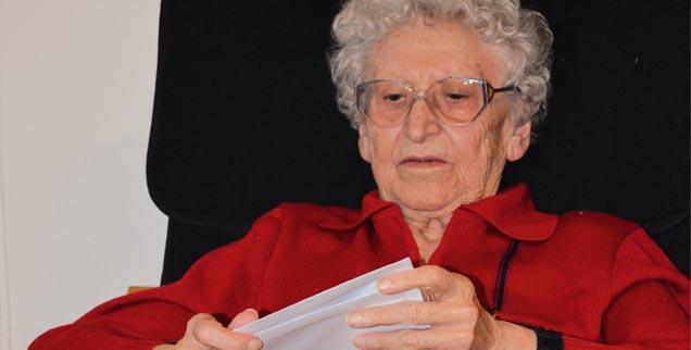 Wieder daheim: Meine Großmutter liest, entspannt im Sessel sitzend, ihre Post. (Foto: Ronja Hoffmann)