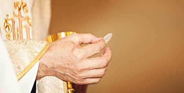 Die Hostie in Priesterhänden: Nicht jeder Kirchenbesucher fühlt sich ohne Umschweife gemeint, wenn das Wort »Einladung« zum Tisch des Herrn fällt.(Foto: istockphoto/Avalon_Studio)