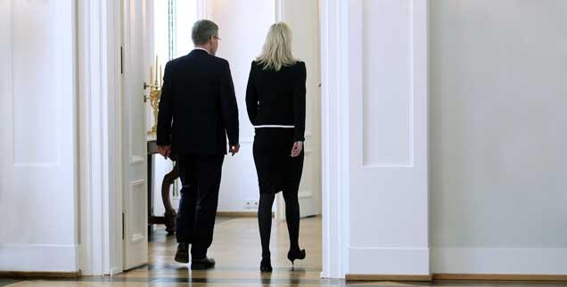 Abgang Bundespräsident und Gattin: Bettina und Christian Wulff verlassen den Saal von Schloss Bellevue. Soeben, am späten Vormittag des 17. Februar 2012, hat Wulff seinen Rücktritt bekannt gegeben. (Foto: pa/Kappeler)