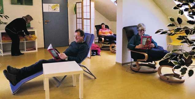 Im Ruhesessel Ausgleich schaffen zum oft stressigen Schulalltag: An dieser Schule ist das möglich. Es hält die Lehrkräfte gesund und steigert deren  Leistungsfähigkeit. (Foto: Klein)