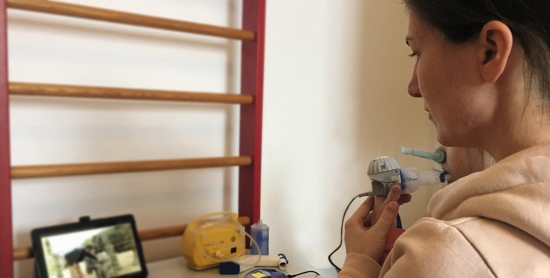 Einen Tierfilm schauen beim Inhalieren: Sandra Böttinger mit ihrer Tochter (Foto: privat)