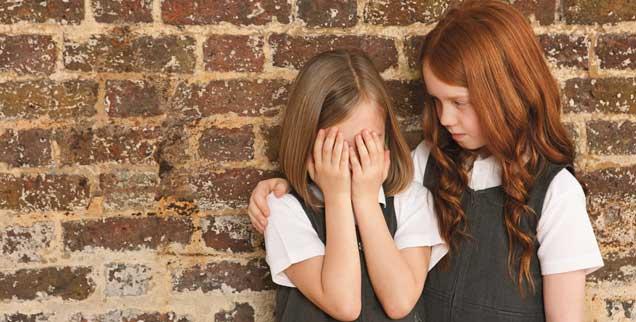 Füreinander Sorge tragen: Bedürftig sind nicht nur kleine Menschen, sondern auch kranke. Und manchmal sogar beste Freundinnen, die getröstet werden müssen. (Foto: pa/Image Source/Pangbourne)