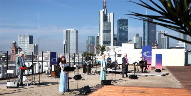 Eröffnungsgottesdienst am 13. Mai auf einem Parkhausdach in Frankfurt (Foto: epd-bild/OeKT/Jan Lurweg)