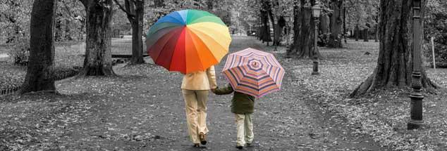 Mutter und Sohn: Die Welt wird grau, wenn es dem eigenen Kind schlecht geht. Doch die Hoffnung bleibt (Foto: istockphoto/RelaxFoto.de)