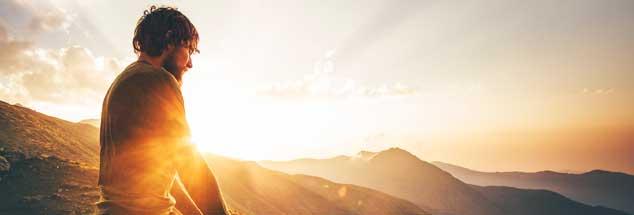 Männer und Religion: Am Beginn der Menschheitsgeschichte eine feste Verbindung mit Machtpotenzial, suchen Männer heute oft erfolglos nach religiösen Vorbildern und einer tragenden Spiritualität. Woran liegt das? (Foto: Everst/istockadobe.com)