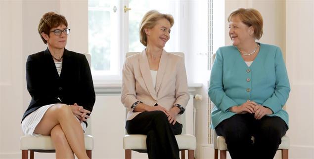 Diese Frauen machen Politik: Verteidigungsministerin und CDU-Vorsitzende Annegret Kramp-Karrenbauer, Präsidentin der Europäischen Kommission Ursula von der Leyen, Bundeskanzlerin Angela Merkel (Foto: pa/ap/Michael Sohn)