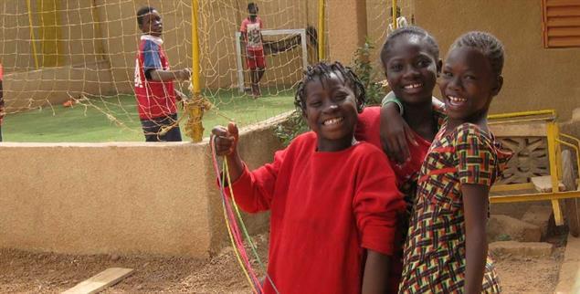 Sind fröhlich: Mädchen im Waisenhaus, das Katrin Rohde in Ouagadougou gegründet hat. (Foto: Frank Keil)