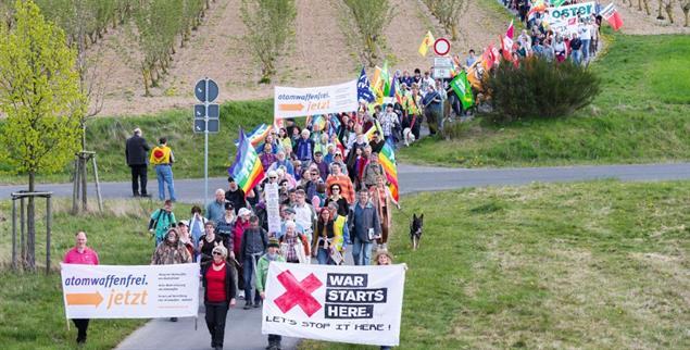 Ostermarsch: Demonstration gegen Atomwaffen am Fliegerhorst Büchel in Rheinland-Pfalz (Foto: imago/Sascha Ditscher)