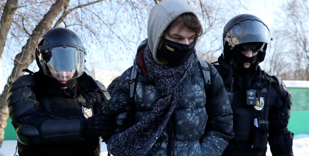 Polizisten nehmen in Moskau einen Demonstranten fest. Er war dem Aufruf Alexej Nawalnys zu Massenprotesten gefolgt. (Foto: pa/Sergei Savostyanov/TASS)