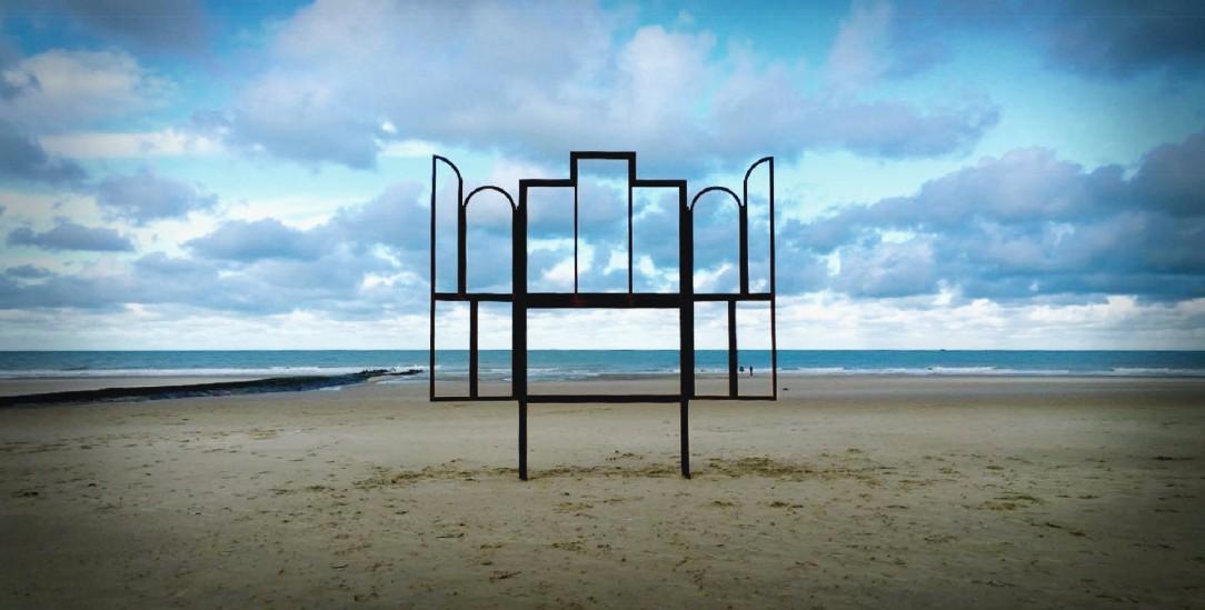 Fenster zu Welt: »Altar« nennt Kris Martin seine Skulptur. Sie hat dieselben Umrisse wie der berühmte Genter Altar (Foto: Benny Proot)