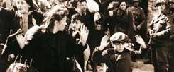 """Nach dem Aufstand im Warschauer Ghetto werden Juden von der SS deportiert: Wie kann man angesichts des schrecklichen Leids in der Geschichte an Gott glauben? Der Theologe Otttmar Fuchs ist sicher: """"Die Vorstellung, dass sich Vernunft und Glaube gegenseitig erschließen, ist zerbrochen. Es spricht so vieles gegen den Glauben an einen guten Gott."""" (Foto: pa/akg-images)"""
