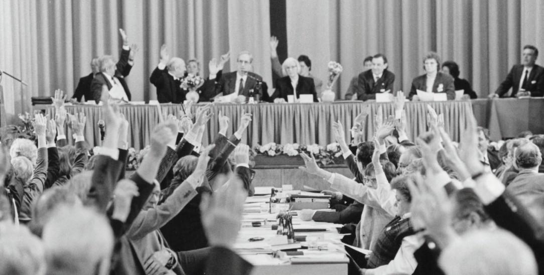 Abstimmung über das Kirchengesetz zur Vereinigung: Auf der Bühne die Präsidien von EKD und Kirchenbund (Foto: EPD/Neetz)