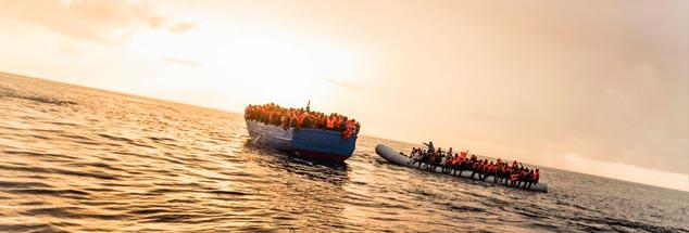 Hunderte Flüchtlinge in Booten vor der libyschen Küste: Diese werden im Dezember 2016 von einem Search and Rescue Team der NGO »SOS Mediterranee« gerettet. Viele andere nicht. (Foto: pa/Laurin Schmidt)