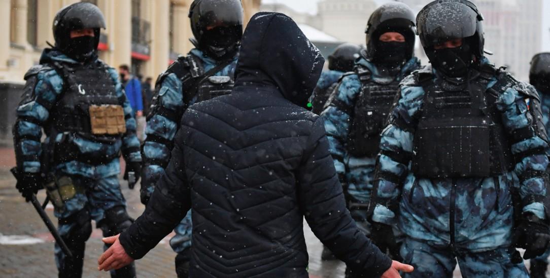 Gezielte Einschüchterung: Moskauer Polizisten mit einem Demonstranten (Foto: PA/DPA/Sputnik/Pavel Bednyakov)