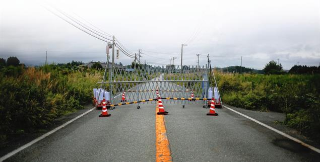 Sperrgebiet: Eine Barriere blockiert die Zufahrt zu Namie. Die 20 000 Bewohner des Ortes mussten 2011 alles zurücklassen. (Foto: pa/reuters/Damir Sagolj)