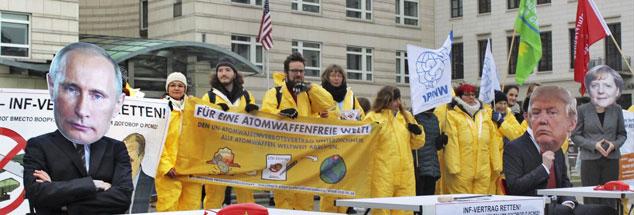 """Protest gegen die Aufkündigung des INF-Vertrages durch Donald Trump und Wladimir Putin: In Berlin demonstrierten Mitglieder der Friedensorganisationen IPPNW, ICAN, DFG-VK sowie der Kampagne """"Büchel ist überall! atomwaffenfrei jetzt"""" vor den Botschaften der USA und Russland (Foto: IPPNW Deutschland via flickr))"""