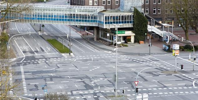 Zu Corona-Zeiten gibt es das, sonst nicht: Kreuzung in Kiel ohne Autos. Leider derzeit auch ohne Menschen, die den freigewordenen Straßenraum für Kunst und Begegnung, zum Kaffeetrinken und für Ballspiele nutzen würden. . (Foto: pa/Molter)