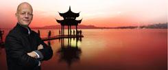 """""""Wir wissen viel zu wenig über das heutige China"""", sagt der Autor Jan-Philipp Sendker. Mit seinen Asien-Romanen will er das ändern (Fotos: pa/Carstensen; istockphoto/zhu difeng)"""