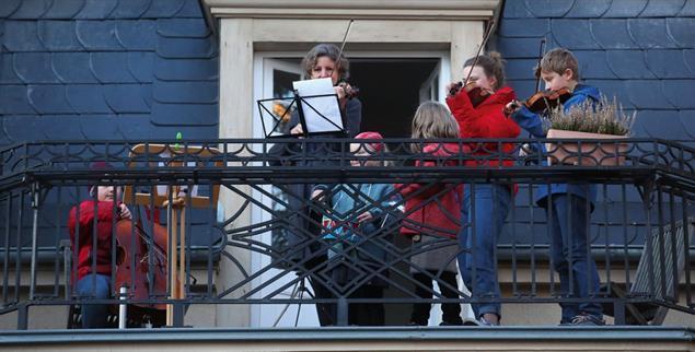 Eine Familie spielt in Weimar auf ihrem Balkon die »Ode an die Freude«, um sich bei all jenen zu bedanken, die sich während der Corona-Krise um die Menschen kümmern (Foto: pa/dpa/Bodo Schackow)