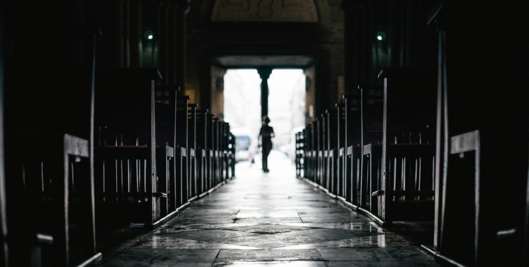 Kommt endlich Licht ins Dunkel? Der Missbrauchsbeauftragte der Regierung macht den Kirchen Druck. (Foto: Getty Images/iStockphoto/klyuen.com)