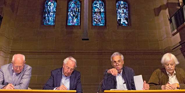 Aktionen in Mainz: Friedhelm Hengsbach (von links), Geiko Müller-Fahrenholz, Konrad Raiser und Ulrich Duchrow diskutieren.  (Foto: epd/Bauer)