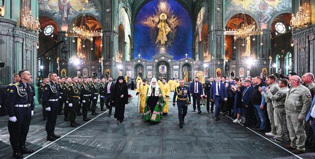 Demonstratives Bündnis von Staat und Kirche: Patriarch Kirill mit dem russischen Verteidigungsminister in der neuen »Kathedrale der Streitkräfte« in Moskau.