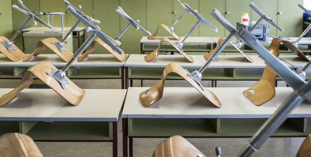 Leere Klassenzimmer: Bislang lernen wegen der Corona-Pandemie bis auf Abschlussklassen alle Schülerinnen und Schüler zuhause (Foto: pa/Beutler)