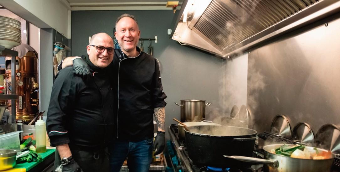 Helden in der Corona-Krise: Die Köche Vincenzo Luigi Luggeri (links) und Peter Goldmann kochen in Göttingen unentgeltlich für Bedürftige. (Foto: pa/dpa/Swen Pförtner)
