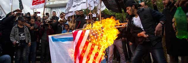 Hass auf Trump, Wut auf die Besatzer: Palästinenser verbrennen am 06.12.2017 in Gaza  die amerikanische und israelische Flagge. (Foto: pa/Issa)