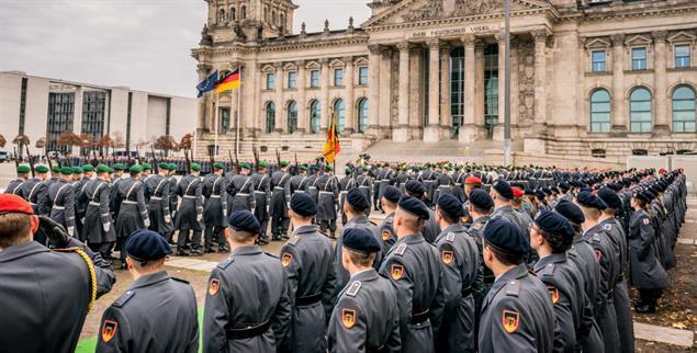 Rekrutinnen und Rekruten der Bundeswehr beim großen öffentlichen Gelöbnis vor dem Reichstag (Foto: pa / Michael Kappeler)