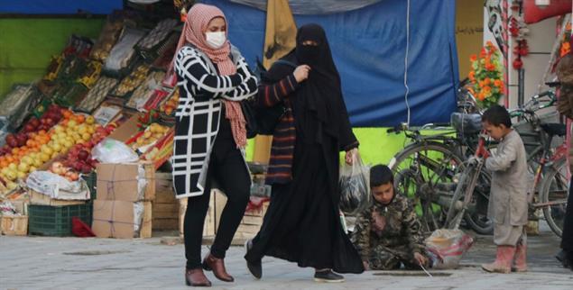 Afghaninnen auf einem Bazar in Kabul (Foto: PA/AA/Haroon Sabawoon)