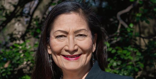 Deb Haaland: Die neue US-Innenministerin unterstützt den »New Green Deal« (Foto: U.S. Departement of Interior)
