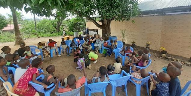 Die »sundayschool« unter einem Mangobaum und rechts davon die Kirche. (Foto: Sigrid Tschöpe-Scheffler)