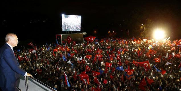 Erdogan vor seinen Anhängern in Istanbul: Er hat bei der Wahl 52 Prozent der Stimmen erzielt und durch die Einführung des Präsidialsystems seine Macht massiv ausgebaut (Foto: pa/ABACA/Depo Photos)