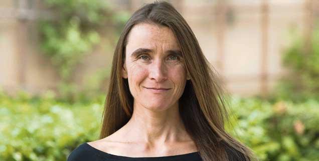 Lesen kann heilen, sagt Silke Heimes, sie ist Ärztin und Professorin für Journalistik an der Hochschule Darmstadt sowie Gründerin des Instituts für Kreatives und Therapeutisches Schreiben (Foto: Rau)