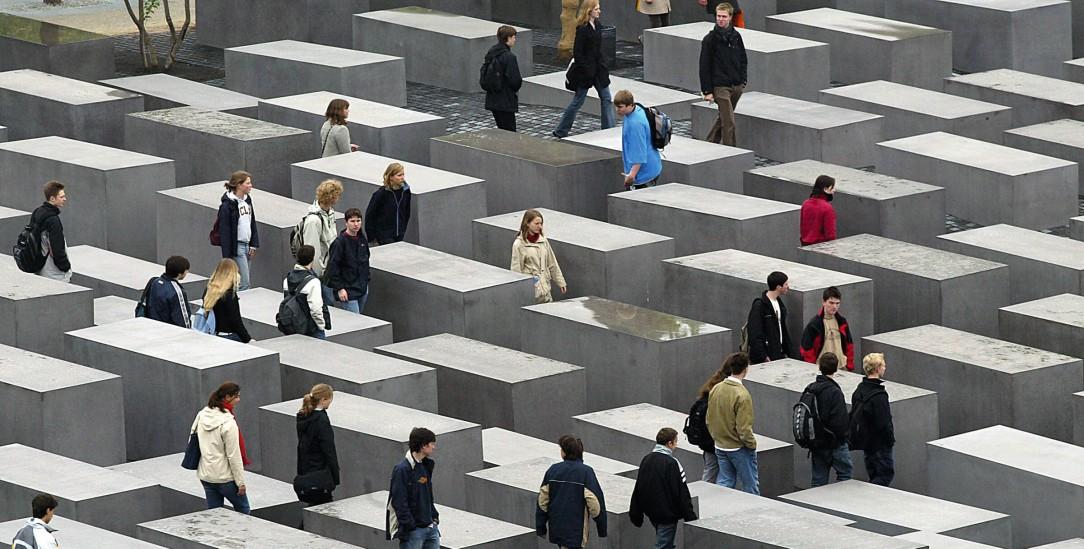 Mahnmal, aber für wen? Das »Denkmal für die ermordeten Juden Europas« mitten in Berlin zitiert in der Formgebung den bekanntesten jüdischen Friedhof in Jerusalem – und soll an Menschen erinnern, von denen nichts übrig ist (Foto:pa/Kumm)