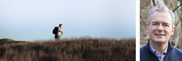 Richtig Reisen nach Ilija Trojanow (Foto rechts) heißt, allein, zu Fuß und mit leichtem Gepäck unterwegs zu sein  (Fotos: Cultura Creative (RF) / Alamy Stock Photo; Yvonne Schwehm Ypspunkt.de)