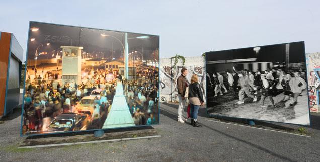 Lebendige Erinnerung: Am früheren Grenzübergang Bornholmer Straße in Berlin dokumentieren Fotowände die Ereignisse des 9. November 1989 (Foto: pa/dpa/Stephanie Pilick)