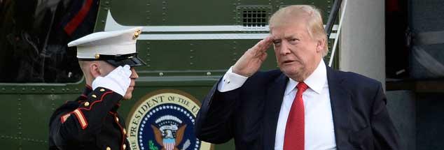 Militärische Grüße: US-Präsident Donald Trump (rechts) begegnet am Sonntag, 9. April, einem Marine vor dem Weißen Haus. (Foto: pa/Douliery)