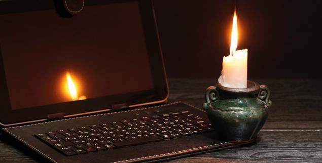 Kerze vor dem Computer, Meditation digital: Eine Notlösung, um auch zu Pandemiezeiten in Stille zu sitzen – gemeinsam.und doch auf Distanz. (Foto: cosma/stock.adobe.com)