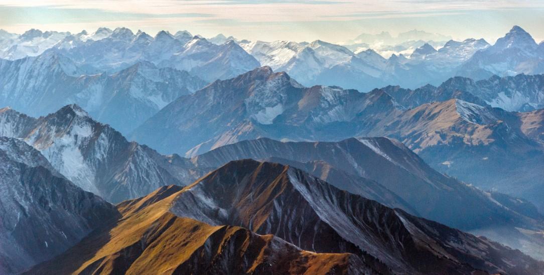 Wild und unwiderstehlich: Blick über Alpengipel (Foto:istockphoto/Roman Mikhailov)