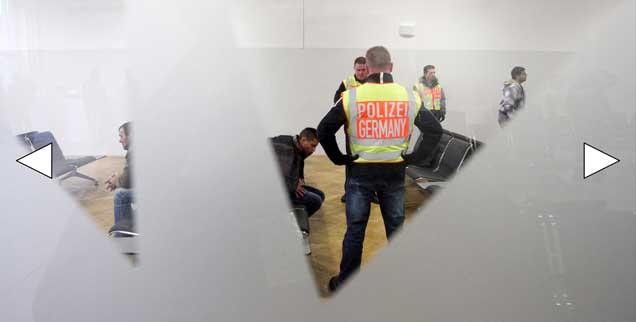 Polizisten überwachen die Ankunft abgelehnter Asylbewerber auf dem Flughafen Leipzig-Halle. Sie sollen nach Belgrad abgeschoben werden. Asyl zu bekommen, wird nach dem 8. Juli 2016 in Deutschland wohl noch schwieriger werden als jetzt. (Foto: pa/dpa/Sebastian Willnow)